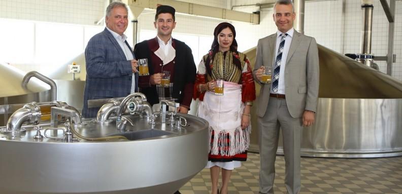 mladozenec i nevesta za galicka svadba na poseta vo pivara skopje